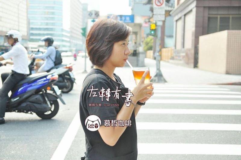 台北市左轉有書X慕哲咖啡自去年4月22日「世界地球日」起停止使用塑膠吸管,全面改為玻璃吸管以及不鏽鋼吸管。(圖取自左轉有書x慕哲咖啡臉書粉絲專頁www.facebook.com/touatcafephilo2016)