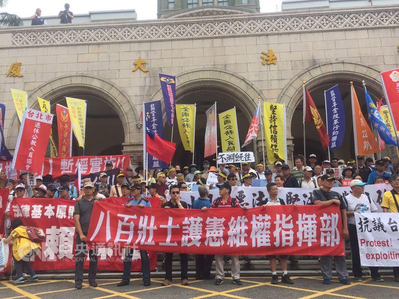 反軍改團體「八百壯士」13日在司法院大門外集結,抗議軍改案,表示將聲請釋憲。中央社記者郭日曉攝107年6月13日