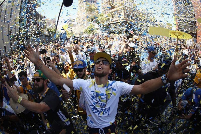 美國職籃NBA金州勇士連兩年抱回總冠軍,粉絲上街參加慶功大遊行。(圖取自勇士隊推特twitter.com/warriors)