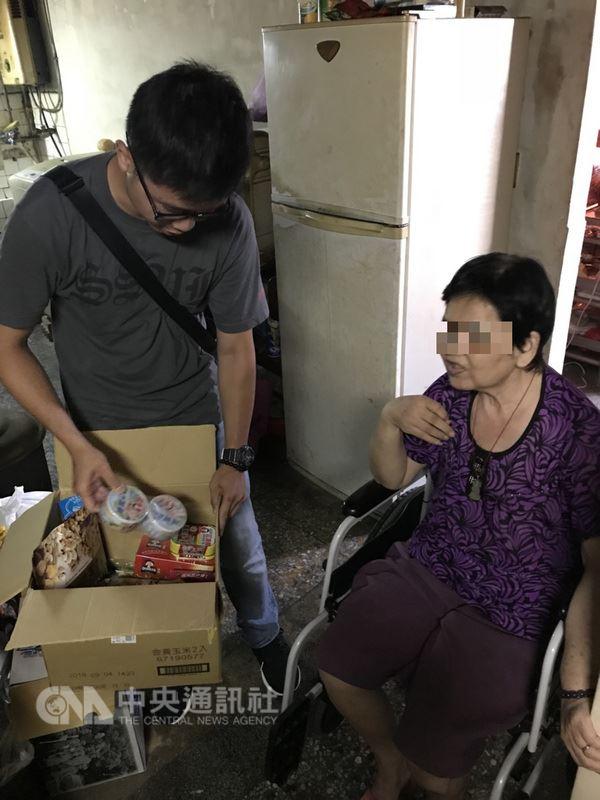 楊姓男子遭通緝被警方逮捕,但放不下家中因車禍行動不便的母親(右),向員警訴苦,警方向食物銀行申請物資後到楊男家中探視,並協助轉介社福單位,楊男得知後十分感謝員警協助。(警方提供)中央社記者蘇木春傳真 107年6月13日