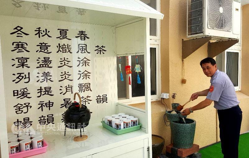 澎湖縣警察局創設「無時書齋」,13日配合警察節慶祝大會正式啟用,無開放時間限制,並提供免費風茹茶,員警只要有空檔,皆可隨時前往休憩使用。中央社107年6月13日