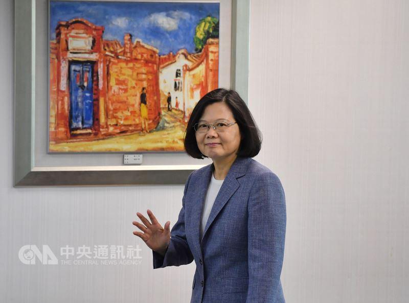總統蔡英文13日在民進黨中央黨部主持中常會,會前向媒體揮手致意。中央社記者王飛華攝107年6月13日