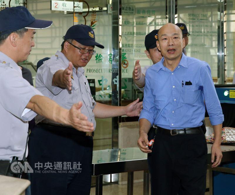 北檢調查北農前總經理韓國瑜(右)遭質疑濫發獎金等案,14日上午傳訊他出庭。中央社記者郭日曉攝 107年6月14日
