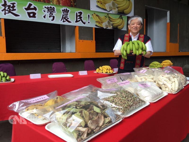 義美食品公司總經理高志明(圖)14日舉行「力挺台灣農民」記者會,表達支持蕉農的決心。他說,義美已採購200公噸香蕉,供未來食品加工使用,他也呼籲政府購買2000到3000公噸青香蕉冷凍保存,平穩香蕉價格。中央社記者邱俊欽桃園攝 107年6月14日