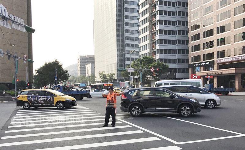 台北市警察局交通警察大隊14日表示,為維護端午節連假期間交通順暢,已規劃相關交通疏導勤務,包括忠孝西路等98處重要路口15日將提前到崗疏導,也將增派商圈周遭的交通疏導崗位。(台北市警察局交通警察大隊提供)中央社記者黃麗芸傳真 107年6月14日