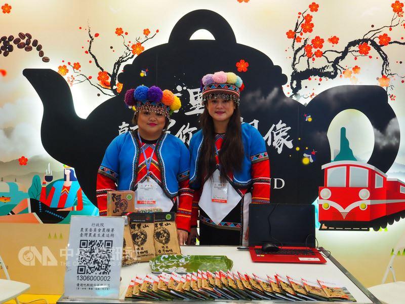 阿里山6大主題旅遊今年進軍香港國際旅遊展,阿里山國家風景區管理處特別安排鄒族婦女行銷阿里山咖啡,讓會場充滿濃厚的原鄉風情。(阿里山管理處提供)中央社記者江俊亮傳真 107年6月14日