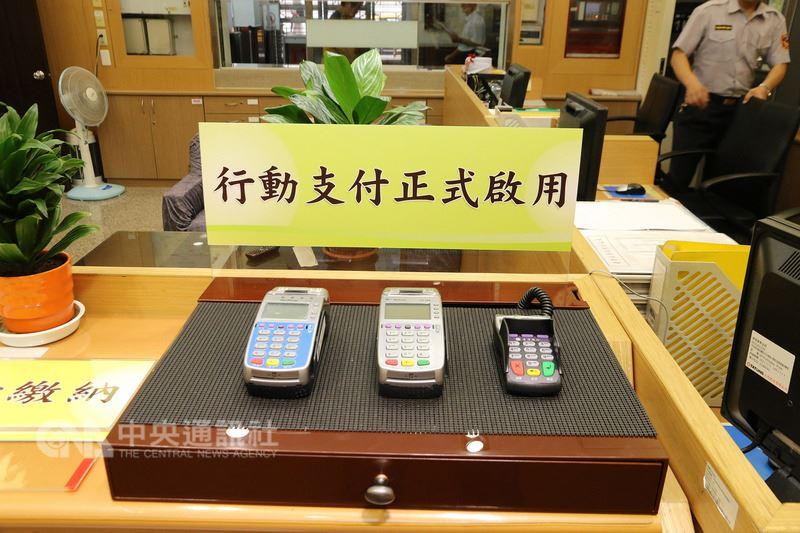 台灣高等法院21日起新增3項繳交保證金的便民服務,包括匯款繳納、金融卡刷卡繳納,金額超過新台幣200萬元則可至台灣銀行公庫部繳納現金。圖為行動支付刷卡機(左起)、金融卡POS機及密碼輸入器。中央社記者蕭博文攝 107年6月21日