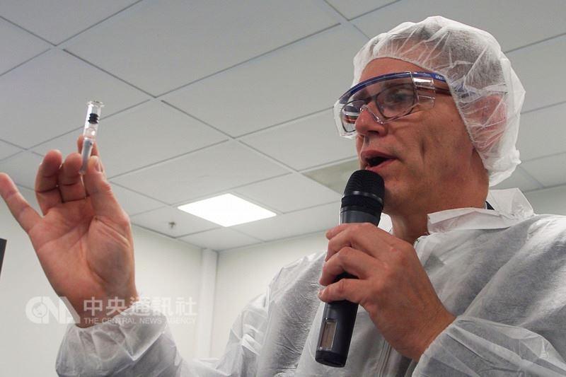 法國賽諾菲藥廠日前邀請各國記者前往流感疫苗廠了解疫苗製作過程,疫苗廠廠長菲力普(PhilippeIvanes)(圖)表示,凡是會接觸到疫苗內容物的容器都必須經過完整消毒,確保疫苗品質。中央社記者張茗喧攝 107年6月23日