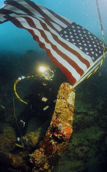 美國政府為了找尋戰場失蹤官兵遺骸,不惜遠渡重洋,上山下海。圖為美國海軍潛水人員,在南太平洋的水底下找到一架二戰美國軍機墜毀的地點。(圖取自維基共享資源;版權屬公有領域)
