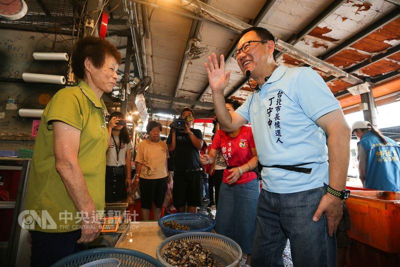 國民黨台北市長參選人丁守中(前右)24日前往萬華區富民市場掃街,向攤商和民眾們拜票。中央社記者謝佳璋攝 107年6月24日