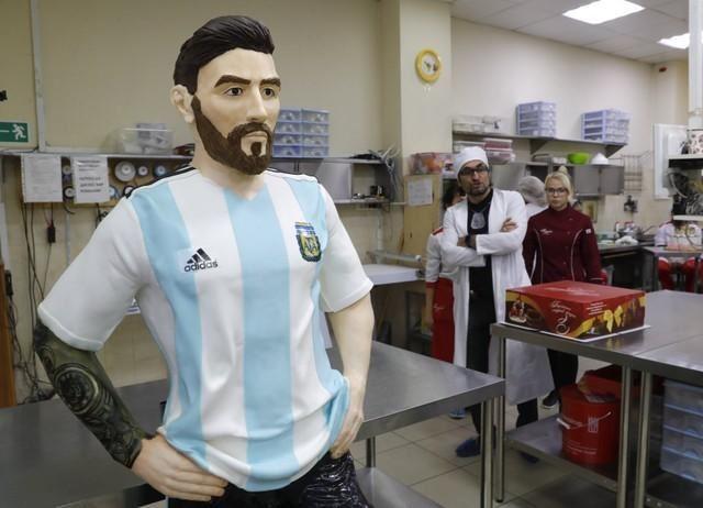 6月24日是阿根廷足球巨星梅西的31歲生日,莫斯科阿爾圖菲耶沃甜點店雕製了一尊重達60公斤的巧克力梅西人像,打算要送給梅西。(路透社提供)