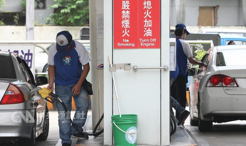 中油公司宣布,國內各式汽柴油自25日凌晨零時起,每公升調降0.2元。(中央社檔案照片)