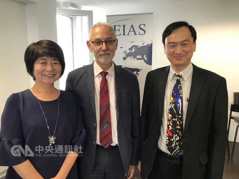 科技部次長蘇芳慶(右)7月3日在布魯塞爾演講,歐盟研究創新總署處長格里諾斯肯定台灣參與很重要。中央社記者唐佩君布魯塞爾傳真107年7月4日