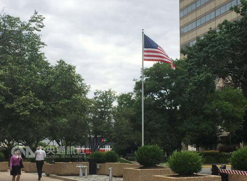 一年一度的美國國慶即將到來,各項慶祝活動也在積極籌備中,美國星條旗到處飄揚,展現美國人對這面國旗的深愛。中央社記者江今葉華盛頓攝  107年7月4日