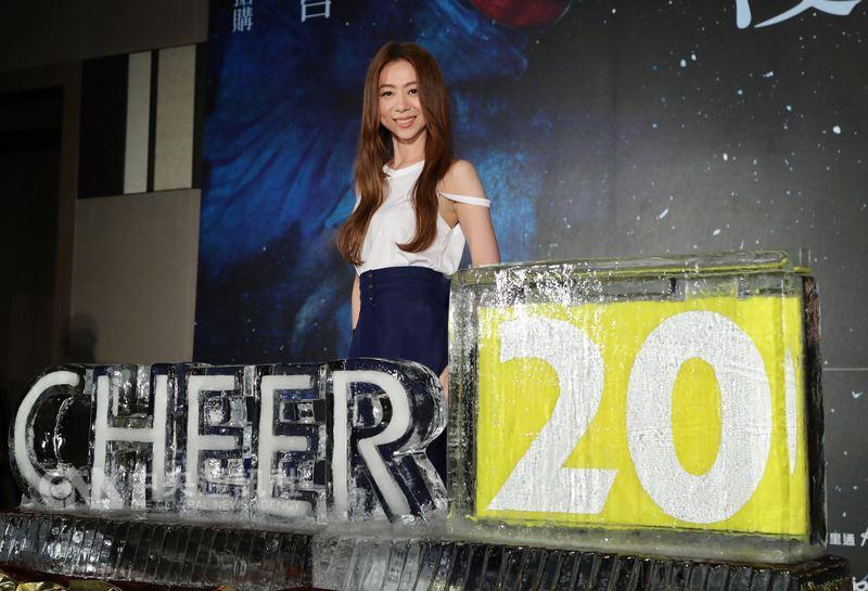 歌手陳綺貞20週年演唱會「漫漫長夜cheer20」將於2019年1月在台北小巨蛋舉行,6日記者會上主辦單位特別打造Cheer20冰雕,盼邀請歌迷一起歡慶20週年。中央社記者張皓安攝 107年7月6日
