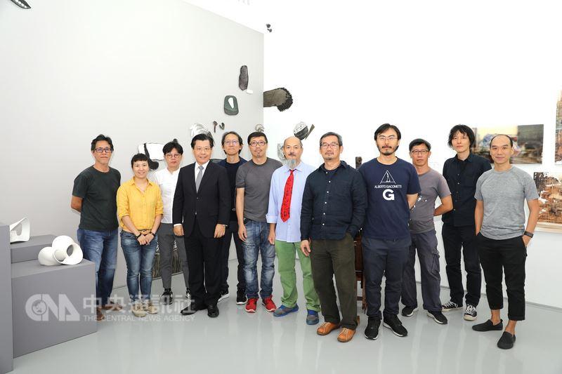 新加坡.台灣藝術交流展「Motionless Boundary靜界」7日開幕,共有12位台星藝術家參展,台灣駐新加坡代表梁國新(左4)出席與參展藝術家合影。中央社記者黃自強新加坡攝 107年7月7日