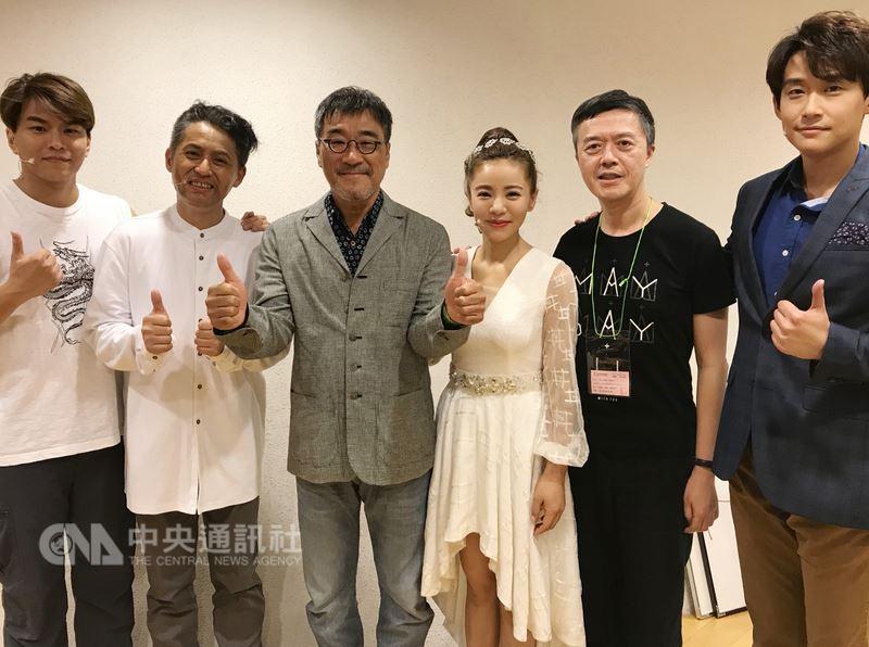 音樂劇「搭錯車」7日晚間在台中國家歌劇院大劇院首演,資深音樂人李宗盛(左3)親自到場欣賞演出,也到後台替演員們加油打氣。(相信音樂提供)中央社記者江佩凌傳真 107年7月8日
