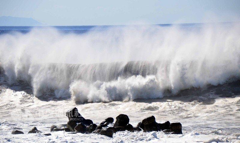 強烈颱風瑪莉亞逼近,台東10日上午豔陽高照,不過台東市海邊公園已出現長浪,打在岸邊出現2、3層樓高的浪花。中央社記者盧太城攝  107年7月10日
