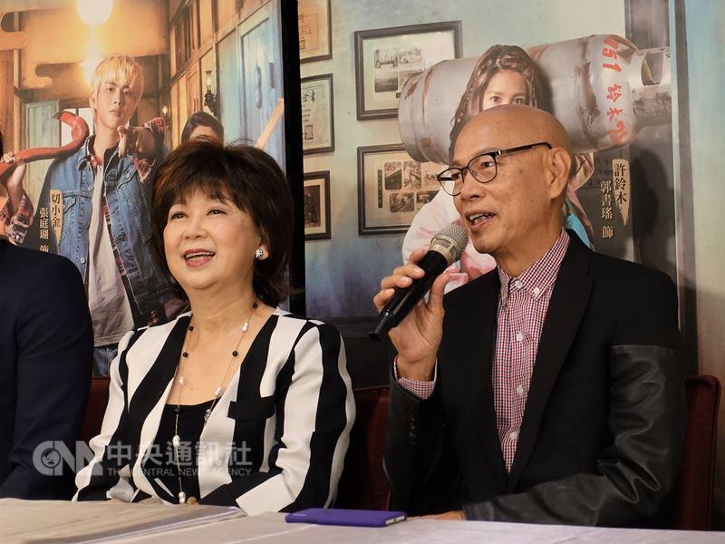 香港資深喜劇演員朱咪咪(左)與羅家英(右)演出台灣電影「切小金家的旅館」,10日在台北出席記者會宣傳新片,幽默談話不斷逗笑眾人。中央社記者江佩凌攝 107年7月10日
