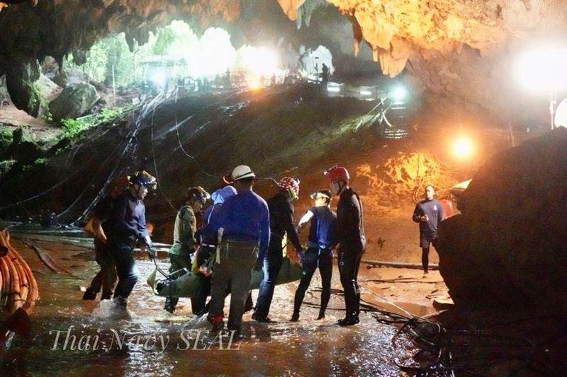 泰國足球小將歷劫重生,這場絕地救援歷程可能進軍好萊塢,改編成電影或電視影集。(圖取自Thai NavySEAL臉書粉絲專頁www.facebook.com/ThaiSEAL)