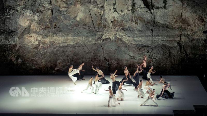 雲門舞集在西班牙葛瑞克藝術節進行今年海外巡演行程最終站,12日晚間演出最後一場「松煙」後,即將啟程返台。圖為舞作「松煙」演出畫面。中央社記者汪宜儒攝 107年7月11日