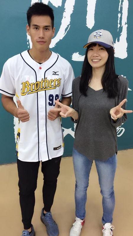 台灣男子100、200公尺雙料全國紀錄保持人楊俊瀚(左)在臉書上認愛,女友是知名體育新聞台主播張旖旂(右)。(圖取自張旖旂臉書www.facebook.com)