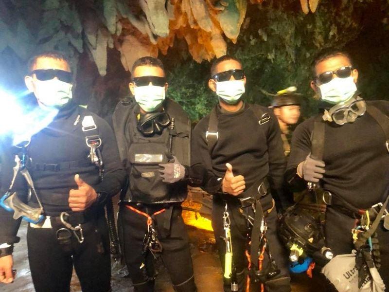 動員超過10國救援人力和上萬名軍警及志工,泰國救援受困睡美人洞穴少年球員和教練的行動10日終於大功告成。(圖取自Thai NavySEAL臉書粉絲專頁www.facebook.com/ThaiSEAL)