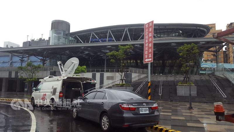 北北基颱風假不同調,加上台鐵11日上午延誤造成不少通勤族困擾,有民眾忍不住抱怨沒做好配套,不過也有民眾支持基隆市宣布上班上課。圖為基隆火車站。中央社記者王朝鈺攝 107年7月11日