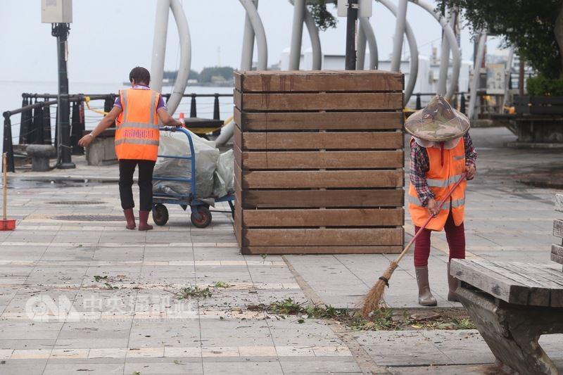 市府環保局表示,考量民眾災後清理家園有排出垃圾需求,清潔隊停止週三休假日,盡速恢復市容。圖為颱風過境,清潔隊員忙著清理環境。中央社記者吳家昇攝  107年7月11日