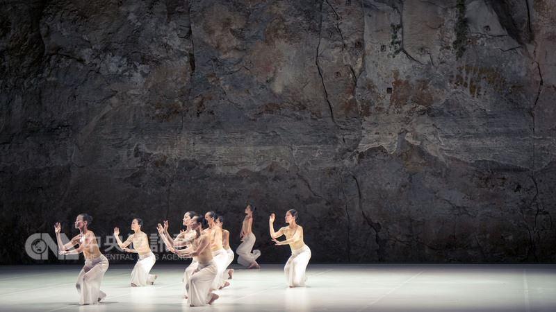 雲門舞者於10日晚間(當地時間)在巴塞隆納葛瑞克劇場天然岩壁前,演出林懷民經典舞作「松煙」,在戶外演出的種種限制,十分考驗舞者。圖為演出畫面。中央社記者汪宜儒攝 107年7月11日
