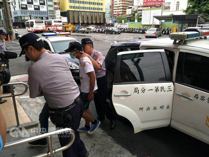 分屬3艘漁船的10多名外籍漁工,12日清晨疑因喝酒尋仇滋事,高雄市警方獲報後,即刻指派員警前往處理,帶回4名涉案者偵辦,並持續追查其他肇事者。(警方提供)中央社記者陳朝福傳真107年7月12日