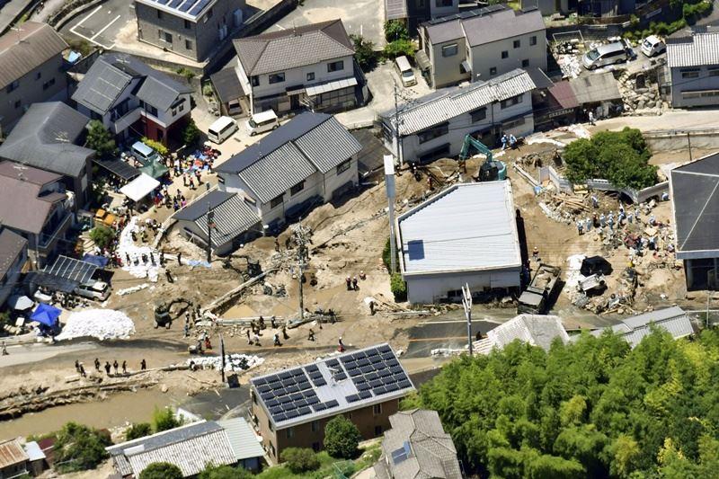 暴雨重創日本西部地區,截至12日為止,死亡人數已攀升至199人,日本內閣官房長官菅義偉表示,搜救行動仍持續進行。(共同社提供)