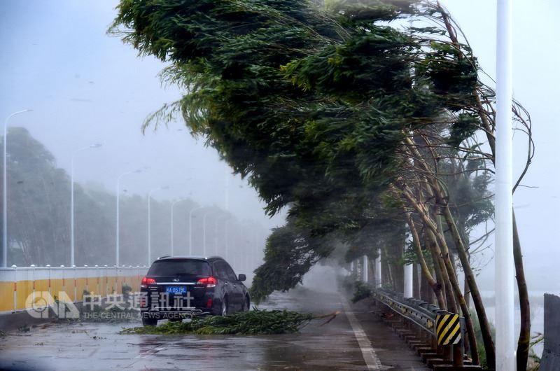 11日在中國大陸福建省連江縣沿海登陸的颱風瑪莉亞,已重創福建,造成72.68萬人受災。圖為登陸地點附近狂風暴雨。(中新社提供)中央社 107年7月12日