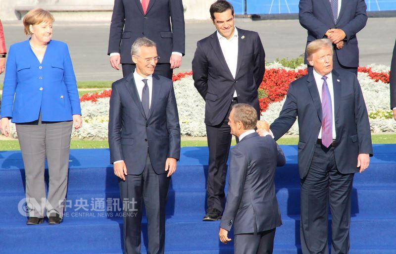 美國總統川普(右1)11日出席北約峰會,尖銳批評德國淪為俄羅斯俘虜,大合照時與德國總理梅克爾(左1)幾乎無互動。中央社記者唐佩君布魯塞爾攝107年7月12日