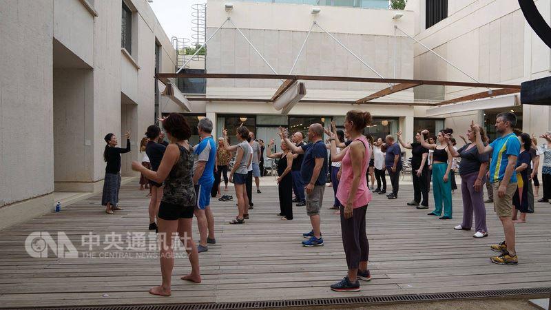 應西班牙葛瑞克藝術節之邀,雲門舞集目前正在西班牙巴塞隆納進行年度海外巡演最終站。演出之外,雲門舞者也前進米羅美術館,在館內中庭傳授關於呼吸、緩動、旋轉與纏繞等太極導引的身體技巧。中央社記者汪宜儒攝107年7月11日