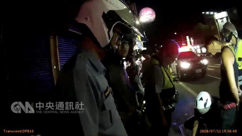 台南市一名有毒癮的黃姓男子(右2)11日晚間騎車外出遇到巡邏警員,誤認自己遭通緝竟加速逃逸,一度拒捕但仍遭壓制,更因危險駕駛吃上12張罰單。(翻攝相片)中央社記者張榮祥台南傳真 107年7月12日