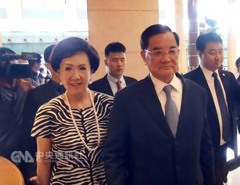 前中國國民黨主席連戰(前右)在夫人連方瑀(前左)陪同下,12日下午抵達北京。中央社記者繆宗翰北京攝 107年7月12日