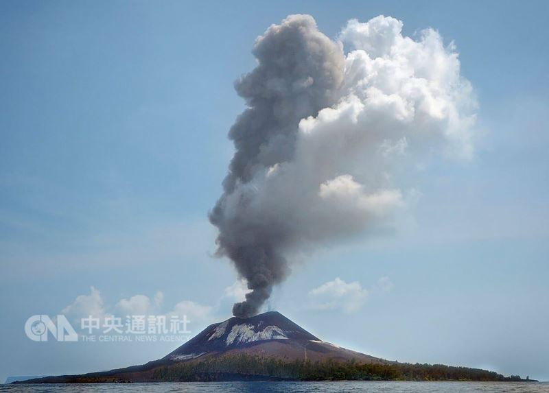 印尼克拉卡托火山11日持續噴發56次,目前火山警戒狀態為第2級,火山口方圓一公里內列為禁區。(印尼國家災害應變總署提供)中央社記者周永捷雅加達傳真107年7月12日
