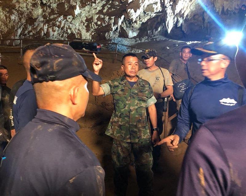 泰國海豹部隊潛水人員洞穴救援任務成功,海豹指揮官阿帕恭(中著迷彩服者)希望獲救少年未來成為良善的力量。(圖取自泰國海豹部隊臉書facebook.com/ThaiSEAL)