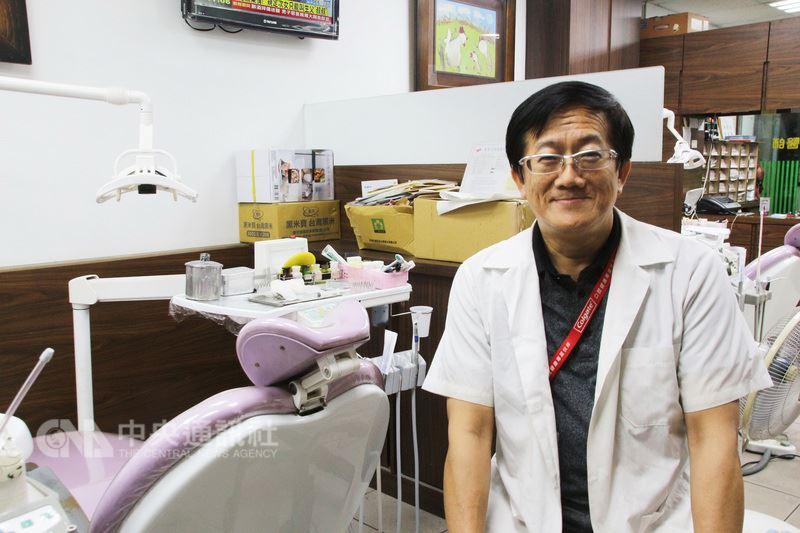 牙醫師林威宏擔任偏遠的新北市貢寮區駐診醫師,不但守護偏鄉民眾口腔健康,也服務智能障礙、自閉症及多重障礙者,讓大家有一口好牙齒。(衛生局提供)中央社記者黃旭昇新北傳真 107年7月14日