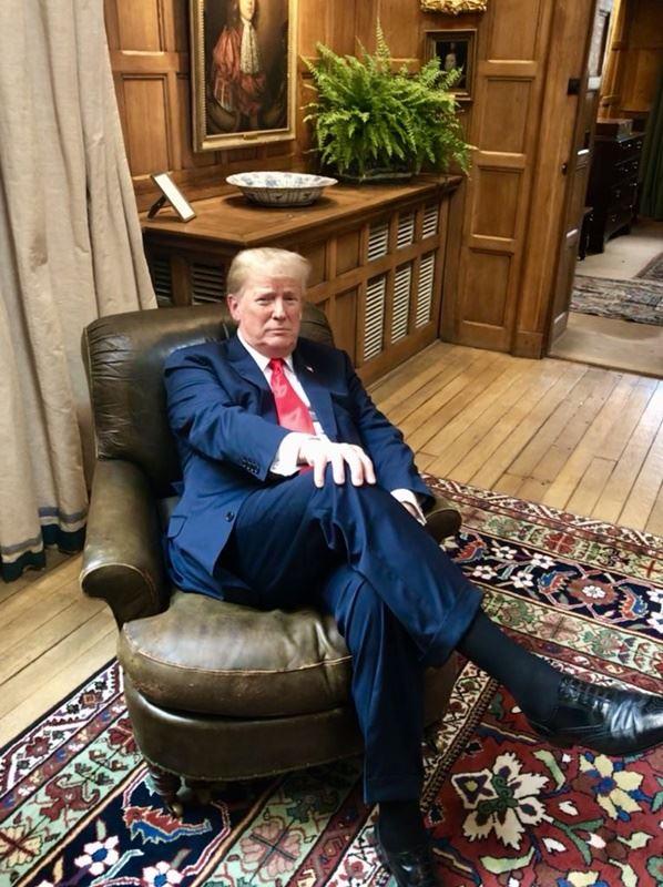 美國總統川普坐邱吉爾的椅子,引發議論。(圖取自SarahSanders推特twitter.com/presssec)