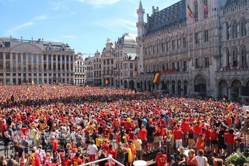 比利時本屆世界盃足球賽獲得季軍、史上最佳成績,15日成千上萬人集結在大廣場為球員歡呼。中央社記者唐佩君布魯塞爾攝 107年7月16日