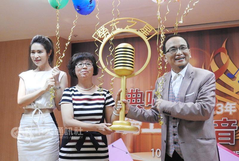 新北市勞工局16日舉行記者會宣布第13屆勞工之星歌唱大賽正式起跑,即日起到8月15日接受報名,並邀請音樂人孔鏘(右)出席代言。中央社記者王鴻國攝 107年7月16日