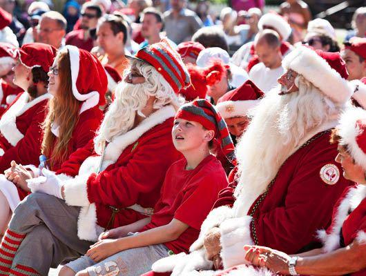 來自全球各地的125位耶誕老人穿上一身厚重行頭、一嘴鬚髯,來到丹麥參加年度集會。(圖取自世界耶誕老人大會網頁www.worldsantaclauscongress.com)