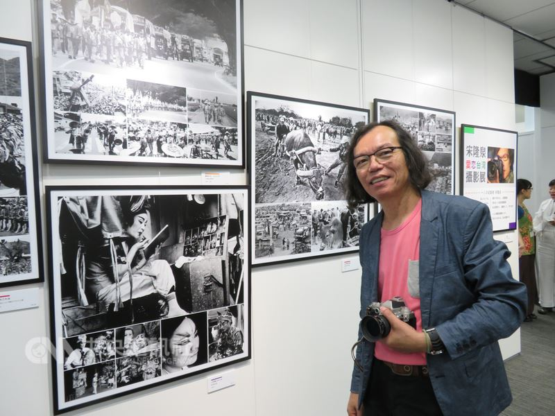 宋隆泉的「愛.戀.台灣攝影展」4日在東京的台灣文化中心舉行開幕典禮。他說,大家的記憶會漸漸淡忘,但影像可以留傳長久,歷史要常常拿出來反省,人的價值才會存在。中央社記者楊明珠東京攝 107年8月4日
