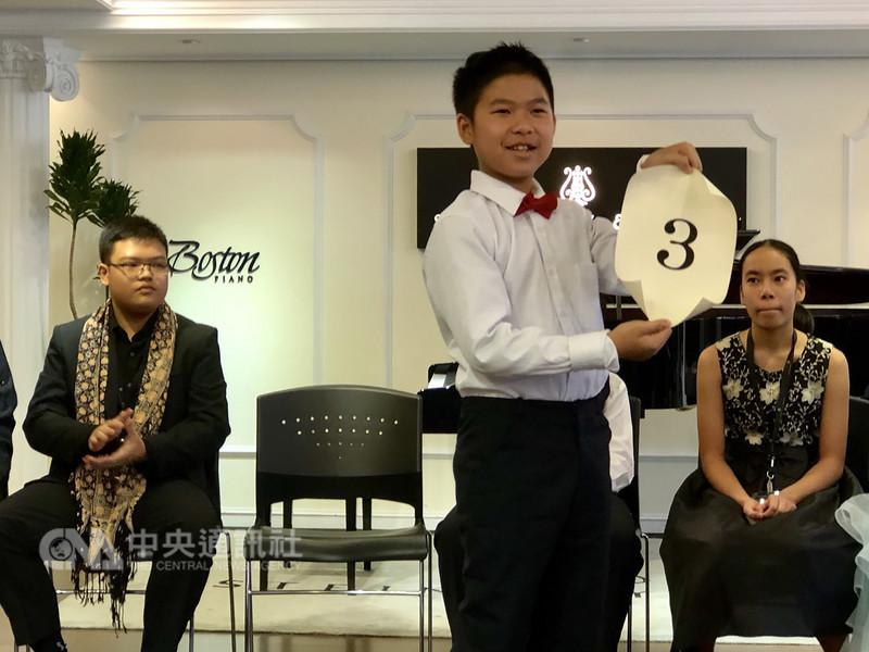 第4屆史坦威青少年國際鋼琴大賽亞太區決賽首度在台舉行,年僅11歲的台灣代表石易臻(右2),抽到比賽序號3號,7日將與其他國家青少年代表較量琴藝。中央社記者魏紜鈴攝 107年8月6日