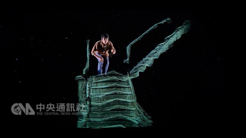 「光年紀事:台北-哥本哈根」11日起登場,將呈現導演周東彥帶領的狠主流與狠劇場團隊和丹麥埃爾西諾文化庭院合作成果,透過4DBox浮空影像技術與舞台裝置,帶觀眾進入一場關於記憶與夢境的探尋之旅。圖為演出畫面。(狠主流提供)中央社記者汪宜儒傳真 107年8月6日