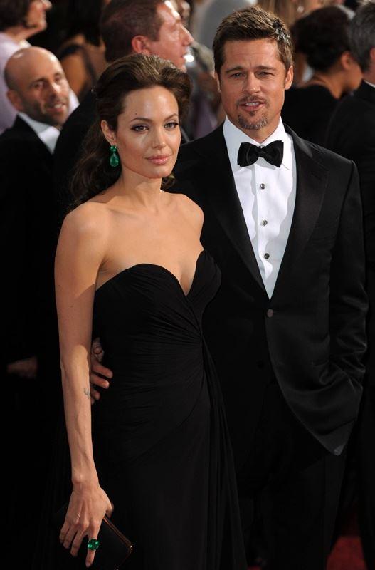 好萊塢男星布萊德彼特(右)對自己沒有支付子女撫養費的說法提出反駁,並指控分居妻子安潔莉娜裘莉(左)試圖操縱媒體。(檔案照片/中新社提供)
