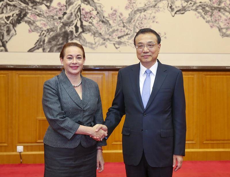 新華社8日披露,中國國務院總理李克強(右)當天在北戴河接見聯合國大會主席艾斯皮諾薩(左),有分析指出,中共是想藉此平息會議涉「權鬥」的臆測。(檔案照片/中新社提供)