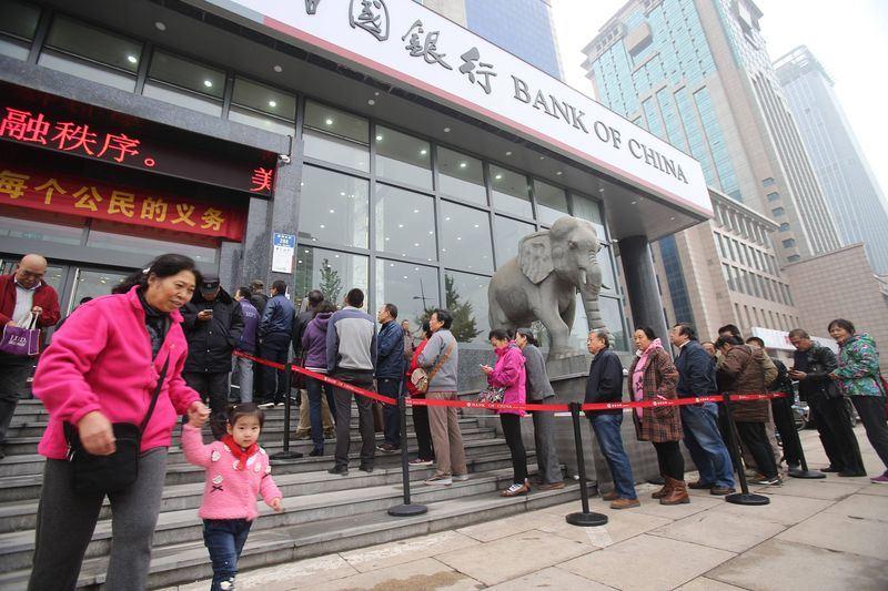 中國家庭債務與可支配收入之比高達107.2%,實際上中國很多家庭已入不敷出。(檔案照片/中新社提供)